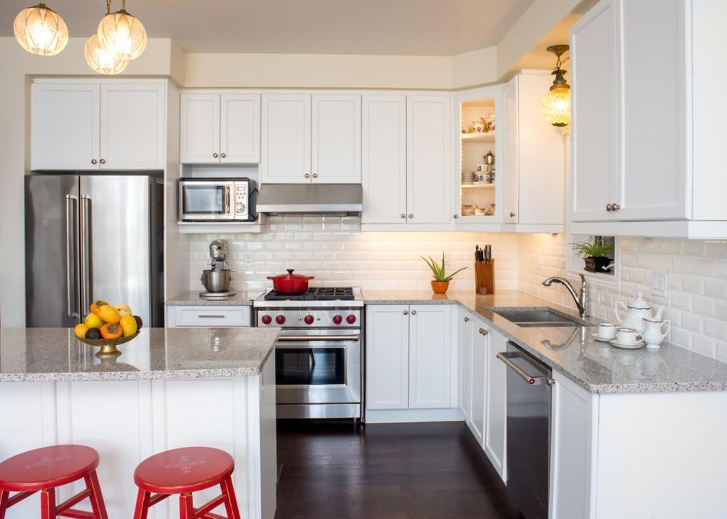 Kuchyně s ostrůvkem a americkou lednicí