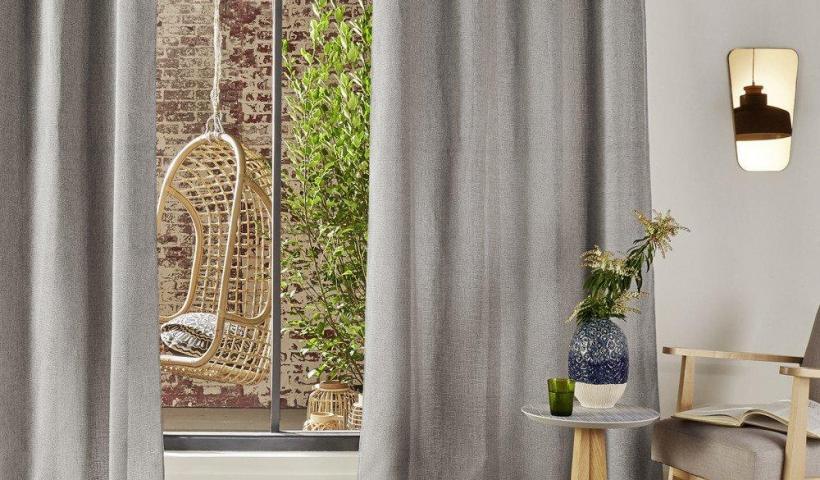 Stylový závěs Chenil, světle šedá barva, vyroben z polyesteru, rozměry 260x140 cm, skandinávský styl, do moderních interiérů