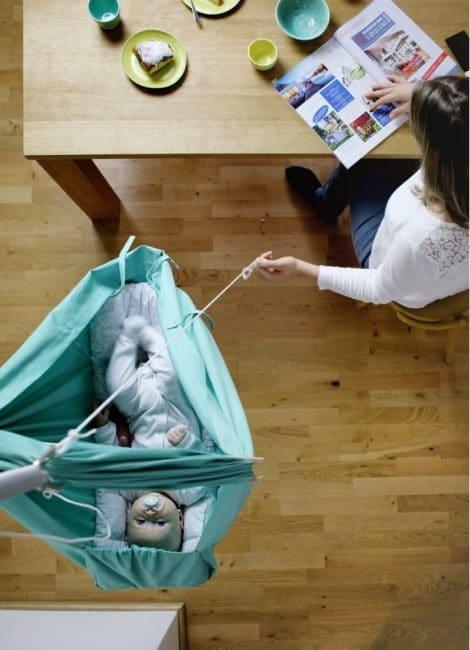 Malá mentolově zelená kolébka z bavlny se zavěšením do dveří Hojdavak Baby, 0 - 9 měsíců