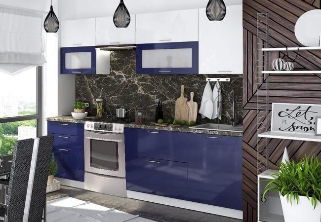 Netradiční modrá kuchyně v kontrastu s přírodním nábytkem