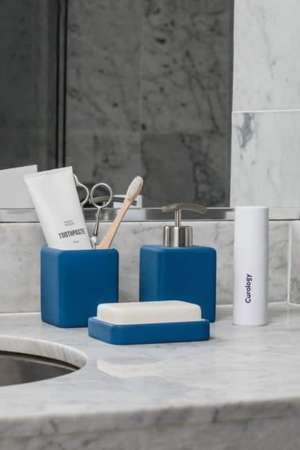 Oživení světlé koupelny modrými doplňky