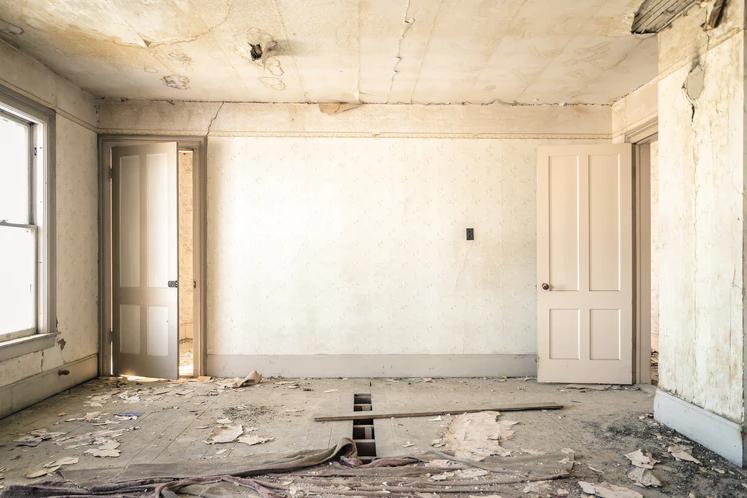 Zanedbaná a prázdná místnost ve starším domě
