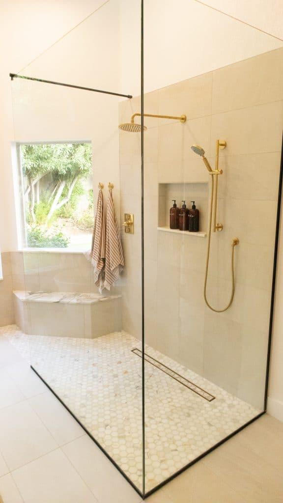 walk in sprcha v zlato bielej kúpeľni